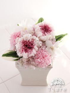 淡いピンクとパープルのプリザーブドフラワーで、優しく上品にあしらったお供え用の仏花アレンジメント。 法事にお届けしました。