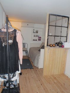 Honning og flora: Indretning af skurvogn Caravan, Wardrobe Rack, Trailers, Tiny House, Flora, Bed, Room, Inspiration, Furniture