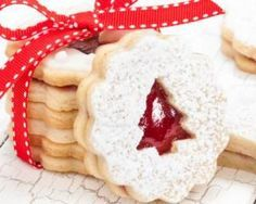 Christmas shortbread filled with strawberry jam - biscuits Biscuit Cookies, Shortbread Cookies, Cookies Fourrés, Cookie Recipes, Dessert Recipes, Desserts With Biscuits, Christmas Cooking, Christmas Christmas, Christmas Recipes