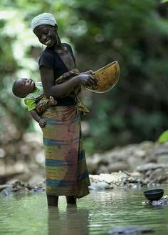 bond between mother and child - Africa African Culture, African Beauty, Mothers Love, Mother And Child, People Around The World, World Cultures, Baby Wearing, Belle Photo, Beautiful People