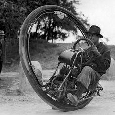 Italia, 1931: El inventor M. Goventosa mostrando su nueva creación, el mono-rueda. Lo que le hace diferente al uniciclo es que aquí el que lo lleva va dentro de la rueda, y no encima. #ciclista #creación #uniciclo #inventor #monorueda #goventosa http://www.pandabuzz.com/es/imagen-historica-del-dia/mono-rueda-1931-goventosa