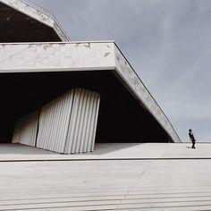 © letizia le fur #happy #sundayafternoon #philarmonie #paris #architecture #jeannouvel #stairs #kid #silhouette #lines #landscape #photooftheday #photographer #letizialefur @philharmoniedeparis