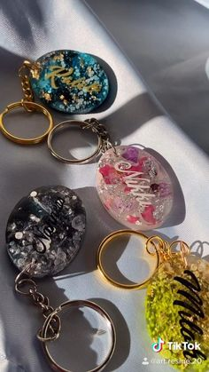 Epoxy Resin Art, Diy Resin Art, Diy Resin Crafts, Resin Jewelry, Jewelry Crafts, Beaded Jewelry, Diy Keychain, Keychains, Diy Resin Projects
