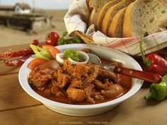 Hungarian tripe stew with shank of pork Kitchen Dishes, Chicken Wings, Stew, Pork, Favorite Recipes, Meals, Dinner, Cooking, Cook Books