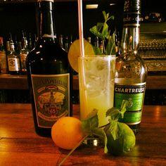 Le Pontarlier en herbe : #chartreuse, absinthe, sirop simple, menthe, jus de lime et de citron, allongé au soda.
