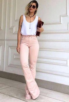 Look básico com calça flare rosa e blusinha branca