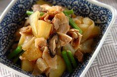 少ない水分とシンプルな調味料で、蒸すように煮て、豚肉やジャガイモの旨みを引き出します。