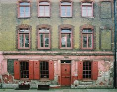 At number 4 Princelet Street in East London, there is an 18th century yellow brick Georgian time capsule behind the Old Spitalfields Market. The double fronted merchant's house, conserved in its original condition from top to bottom, is one of the last of the original houses to be built on the stree