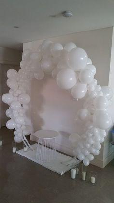 Beautiful white balloon archway. #balloons #balloonarch #balloonswhite #bigwhiteballoons #babyshoweridea #weddingidea
