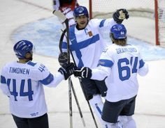 Kimmo Timonen, Teemu Selänne ja Mikael Granlund juhlivat Granlundin tekemää maalia.