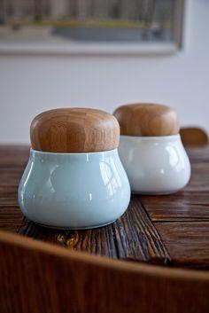 Den glatte og kølige overflade af glaseret fajance møder den varme glød fra bambus i de nye farverige krukker med låg designet af keramiker Jeanette List Amstrup.