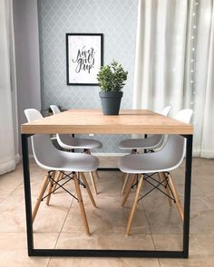 Cadeira Eames é um clássico em casa. Dinning Room Bar, Kitchen Dinning, Dining Table, Home Design Decor, Decor Interior Design, Design Design, Toddler Table And Chairs, Dinner Room, Studio Apartment Decorating