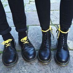 Drmarteens-couleur-noir-lacets-jaunes