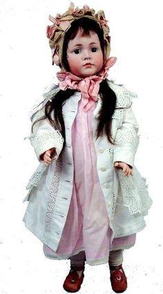 """Mein Liebling"""" grand bébé de fabrication allemande par LAMMER & REINHARDT, moule 117, tête en biscuit coulé, yeux bleus mobiles en verre, bouche fermée, corps d'origine entièrement articulé en composition et bois. H 78 cm."""