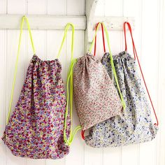 This drawstring bag pattern is so simple to sew: you'll want to make lots because they're so useful: for shopping, gym kit, travelling... Drawstring Bags, Drawstring Backpack Tutorial, Drawstring Bag Pattern, Drawstring Bag Tutorials, Backpack Pattern, Craft Bags, Diy Bags, Bags To Make, Bags To Sew