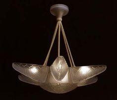 René Lalique. Ele era mestre em trabalhar com cristais, metais, esmalte, criava desde joalheria até luminárias e lustres para casa. Suas criações são inconfundíveis, com libélulas, aves, flores e criaturas mitológicas.