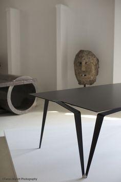 loving the mix of sculptural furniture/objects de art. Home Goods Decor, Home Decor, Regal Design, Design Design, Dinning Table, Furniture Inspiration, Furniture Ideas, Furniture Websites, Pipe Furniture