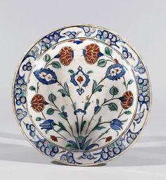 Plat aux oeillets et tulipes, Turquie, Iznik, vers 1580. Photo Millon et Associés