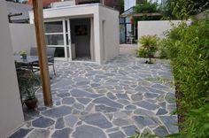 Het flagstone-terras loopt door in de vloer van het kantoor. Type flagstone: Karystos, voorheen Kleansis Plakes. Ontwerp Suzan van Lieshout.