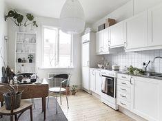 In dit Scandinavische huis worden verschillende grijze tinten gecombineerd - Roomed