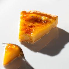 polvilhar com açúcar toda a superfície da tarte e queimar com um maçarico.