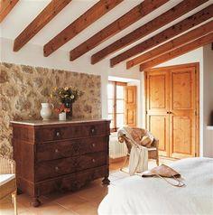 o restaurar un mueble antiguo 185 Style At Home, Spanish Bedroom, Wooden Ceiling Design, Bed Design, House Design, Tuscan House, Interior Decorating, Interior Design, Vintage Room