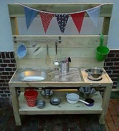 Here we offer you the unique opportunity to have a high-quality mud kitchen Outdoor Play Kitchen, Mud Kitchen For Kids, Diy Kitchen, Kitchen Design, Herb Garden Pallet, Pallets Garden, Outdoor Grill Station, Childrens Kitchens, Garden Fire Pit