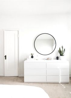 3 Aligned Cool Tips: Minimalist Bedroom Boho Interior Design feminine minimalist decor headboards.Warm Minimalist Home Ceilings minimalist bedroom wall floors. Minimalist Room, Minimalist Home Decor, Minimalist Interior, Modern Minimalist, All White Room, White Rooms, White Bedroom, White Walls, Bedroom With Bath