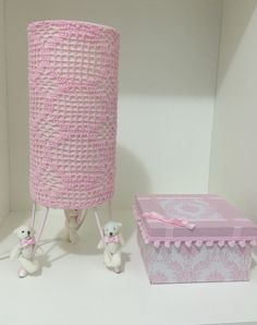 Abajur com ursos, cupula em crochê rosa, 13 cm de diametro. <br>Pode ser feito sob encomenda em outras cores a combinar.