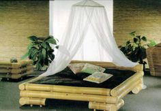 Particolare letto per la camera - Letto in bambù con zanzariera per arredare una camera da letto in stile etnico.