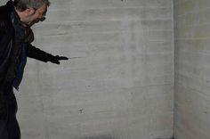 Rob Groot Zevert laat afdrukken in het beton zien van de houten bekisting waarin het beton is gestort. Het zijn dit soort patronen die mijn aandacht trekken.
