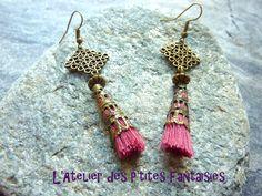 Boucles d'oreilles pompon rose, coupelle et estampe carrée, style boheme chic. : Boucles d'oreille par l-atelier-des-p-tites-fantaisies