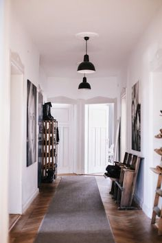 An industrial home with authentic details in Kempten Bavaria (Vosgesparis) Small Entrance, House Entrance, Industrial House, Industrial Style, Industrial Design, Deco Cinema, Hall Lighting, Lighting Ideas, Entryway Lighting