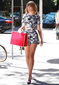 conjunto-floral-cropped-top-short-taylor-swift-looks-street-style-2015-tendência-2016