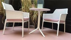 The beutiful Net Relax Armchair with the Spritz table.