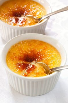 My birthday is also Creme Brulee Day! July is National Creme Brulee Day! The French, British and Spanish all claim they invented One thing's certain, though: Cracking the top is always fun. How to Make Creme Brulee Desserts Thermomix, Desserts Français, French Desserts, Dessert Recipes, French Recipes, French Food, Brulee Recipe, Today's Recipe, Tasty