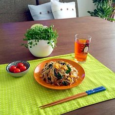 素麺のアレンジレシピです。美味しいよ。 (^O^) - 16件のもぐもぐ - ニラとミンチの焼き素麺、家庭菜園のミニトマト by pentarou