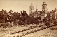 Catedral de la Ciudad de México y parte de la plancha del Zocalo, aun llena de árboles.