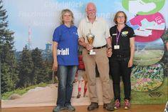Carl-Friedrich Haase (Mitte) aus Göttingen gewinnt den GT-Wanderpokal für den Brockenaufstieg.