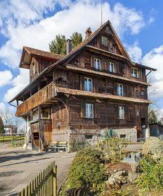 Old farmhouse in Zug at the edge of town / Altes Bauernhaus am Stadtrand von Zug