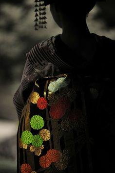 縁起の良い、おめでたい形・・・手まりは色彩の華やかさと可愛らしさから、お振袖や七五三のお祝着に描かれることの多い柄です。帯や着物のモチーフにも多く使われました。