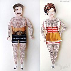 Bonecos de papel tatuado