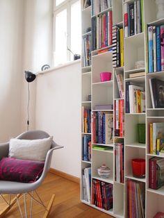 mdf RANDOM. Librería de DM pintado de blanco y fondo melamínico e1cm blanco. Patas regulables hasta 1,5cm. Combinable con Random Box y Random Cabinet.