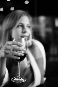 black and white woman and wine. Glass Photography, Photography Women, Boudoir Photography, White Wine, Red Wine, Apps For Girls, Wine Pics, Poses Photo, Types Of Wine