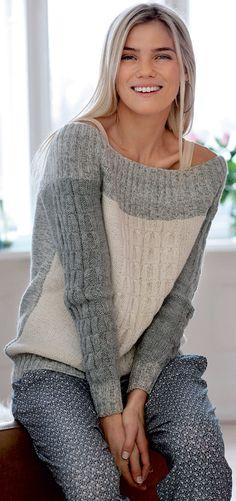 Denne råhvide og grå bluse med snoninger har et elegant miks af garn.
