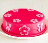 Met de stap voor stap instructies kan iedereen de basistechnieken van een taart vullen, afsmeren en bekleden leren.