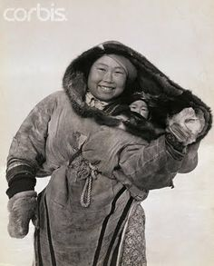 Amautik - an Inuit baby wearing coat! We Are The World, People Around The World, Baby Kind, Baby Love, Mei Tai, Baby Carrying, Mothers Love, Mother And Child, First Nations