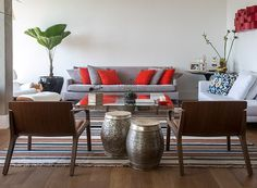 Revestimentos modernizam apê dos anos 1950 A decoração tem tons vibrantes que contrastam com a base neutra na medida (Foto: Divulgação)