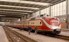 Class 601 in TEE livery, 1970 Munich Hauptbahnhof ---- The trainsets of Class VT (often simply called TEE) were diesel multiple units built by Deutsche Bundesbahn in 1957 and used for Trans Europ Express --- Germany Rail Train, Train Art, Best Sci Fi Movie, Turbine Engine, Rail Transport, Automobile, Old Trains, Central Station, Diesel Locomotive