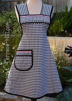 Sewing Aprons, Sewing Clothes, Aprons Vintage, Vintage Sewing, Pink Apron, Cute Aprons, Check Fabric, Apron Designs, Kitchen Aprons